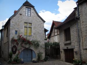 Martel - Houses with facades decorated with climbing roses, in the Quercy