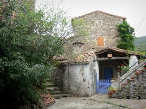 Le Mas Soubeyran - Hamlet of Mas Soubeyran, in the town of Mialet, in the Cévennes: stone house and staircase with flower pots