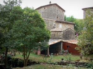 Le Mas Soubeyran - Hamlet of Mas Soubeyran, in the town of Mialet, in the Cévennes:  stone house surrounded by trees