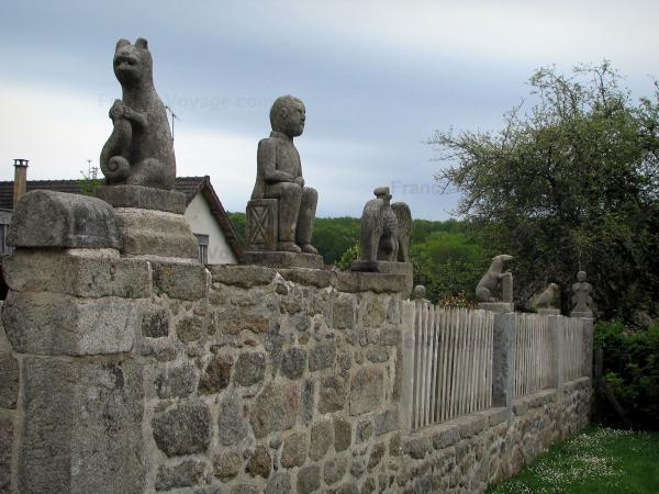 Masgot - Stone wall topped by sculptures