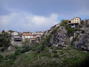 Méailles - Houses of the village perched on a rocky mountain range