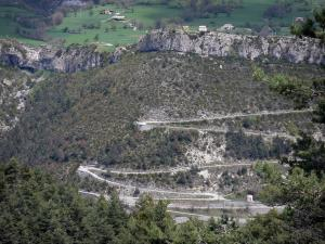 Méailles - Winding road leading to the village perched on a mountain range