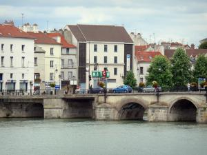 Meaux - Bridge spanning  the River Marne and facades of the city
