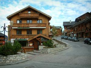 Méribel - Ski resort (winter sports), street lined with wooden residences - chalets