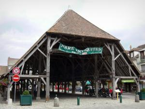 Milly-la-Forêt - Wooden covered market hall