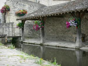 Milly-la-Forêt - Wash house of La Bonde with flowers