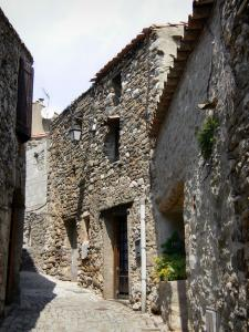 Minerve - Narrow street lined with stone houses