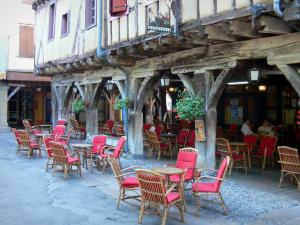 Mirepoix - Medieval bastide town: café terrace and wooden gallery of the central square (place des couverts)