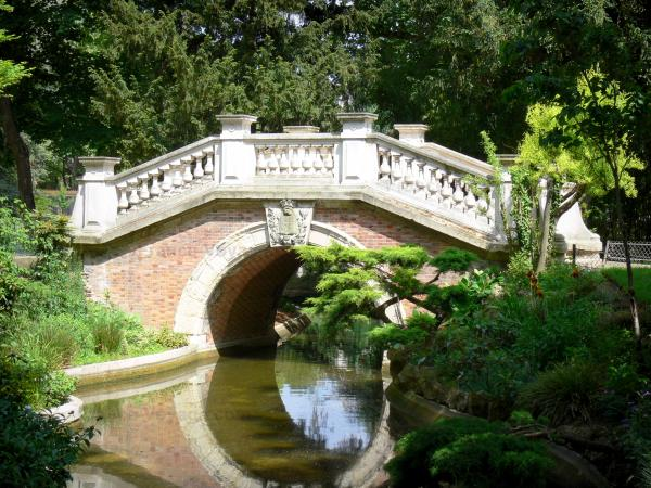 Monceau park - Small romantic bridge reflecting in the water