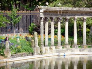 Monceau park - Naumachie pool bordered by a Corinthian colonnade
