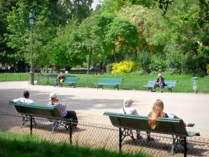 Monceau park - Relaxing break on the park benches