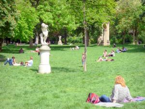 Monceau park - Resting on the lawn dotted with trees and statues