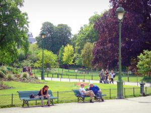 Monceau park - Short stop on park benches