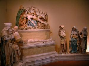 Monestiés - Inside of the Saint-Jacques chapel: polychromatic stone statues of Entombment
