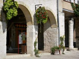 Monflanquin - Medieval bastide town: flower-bedecked arcades of the central square