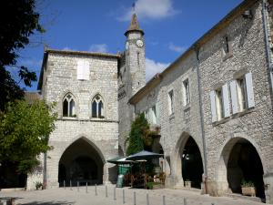 Monflanquin - Medieval bastide town: houses of the Place des Arcades square, among which the home of the Prince Noir (Black Prince), and bell tower of Saint-André church