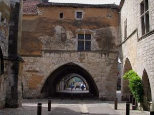 Monpazier - Arches of the fortified town leading to the Cornières square (central square), in Périgord