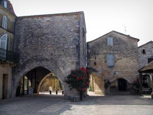 Monpazier - Houses, arches and hallway of the Cornières square (central square), in Périgord