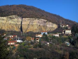 Mont-d'Or lyonnais - Perched houses, trees and rock face