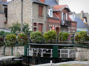 Montargis - Lock, bridge decorated with flowers and houses