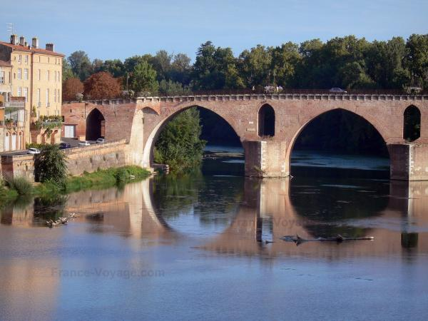 Montauban - Old bridge spanning River Tarn and facades of houses in the town