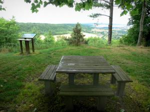 Montenoison Butte - Picnic table overlooking the surrounding landscape