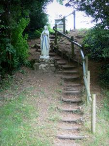 Montenoison Butte - Statue of the Virgin and stepped path
