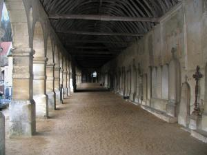 Montfort-l'Amaury - Arcaded gallery of the former mass grave