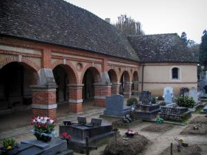 Montfort-l'Amaury - Arcaded gallery of the former mass grave and cemetery