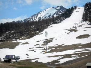 Montgenèvre - Ski resort (winter and summer sports resort): chairlift (ski lift), ski trail and snow, in spring