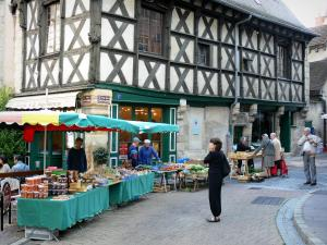 Montluçon - House of the Twelve Apostles (half-timbered facade) and market stalls