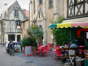 Montluçon - Front of the Saint-Pierre church, café terrace and half-timbered houses of the old town