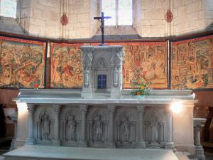 Montpezat-de-Quercy - Inside Saint-Martin collegiate church: choir and Flemish tapestries (wall hangings of Flanders) about the life of St. Martin