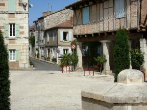 Montpezat-de-Quercy - View of the houses facades of the Bastide fortified town