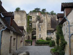 Montrésor - Remains of the fortress and houses of the village