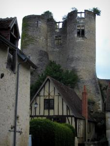 Montrésor - Towers (remains) of the fortress and timber-framed house
