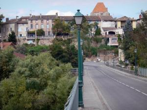 Montricoux - Bridge with lampposts and views of the keep and the houses of the village