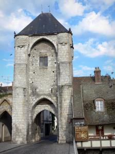 Moret-sur-Loing - Porte de Bourgogne gate and house of the medieval town