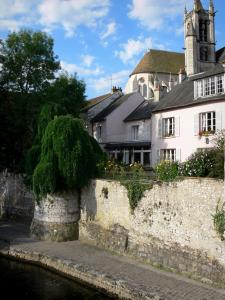 Moret-sur-Loing - Bank of the River Loing, houses of the medieval town and belfry of the Notre-Dame church dominating the set