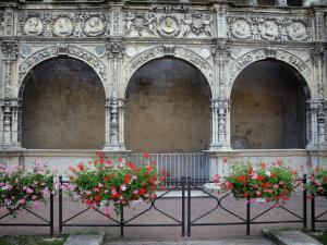 Moret-sur-Loing - Front of the house of François I (Chabouillé town house): Renaissance gallery decorated with carved details, geranium flowers
