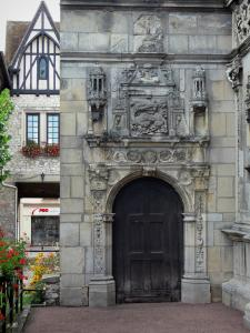 Moret-sur-Loing - Door of the house of François I (Chabouillé town house) topped by a carved salamander