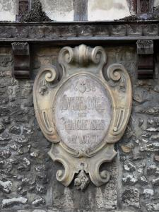 Moret-sur-Loing - Carving  of the barley sugar house (former hospital founded in 1638)