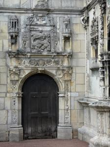 Moret-sur-Loing - Door of the house of François I (Chabouillé town house) topped with a carved salamander