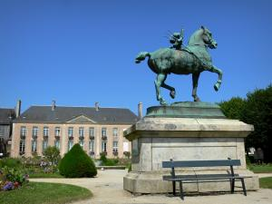Mortagne-au-Perche - Equestrian statue in the garden of the Town Hall
