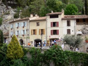 Moustiers-Sainte-Marie - Houses and earthenware shops in the village