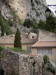 Moustiers-Sainte-Marie - Cliff overhanging the houses of the village
