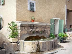 Moustiers-Sainte-Marie - Fountain and facade of a house