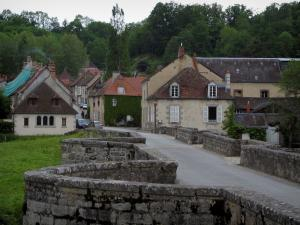 Moutier-d'Ahun - Bridge, houses of the village and trees