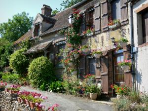 Moutiers-au-Perche - Flower-bedecked house