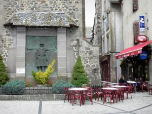 Mur-de-Barrez - Memorial and bistro terrace